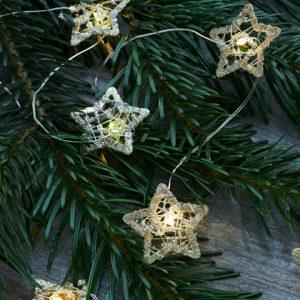 Diese süße Silberfarbende Lichterkette mit Gold LED Weihnachtsbäumen hat eine schöne Ausstrahlung.