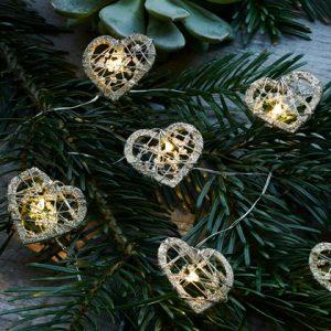 Diese süße Silber Lichterkette mit Gold LED Herzen hat eine schöne Ausstrahlung.