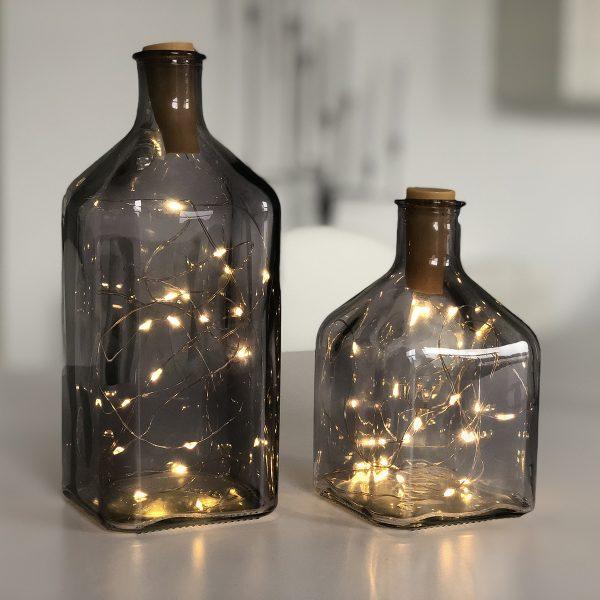 Die LED Lichterkette mit Korken macht eine gemütliche Stimmung. Zum Beispiel in deiner alten Weinflasche oder Karaffe.
